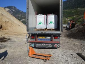 Carichimo i nostri big bags in containers e TIR frigo.