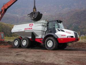 La torba viene estratta con escavatore long reach e caricata su un dumper astra.